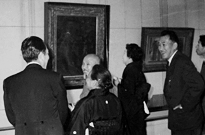 Hanjiro Sakamoto (center) in front of Shigeru Aoki's Self-Portrait at the Ishibashi Museum of Art (1960)